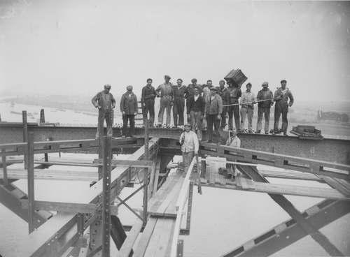 Tijdens de bouw van de Waalbrug is het hoogste punt bereikt, augustus 1935. Foto van Fotopersbureau Gelderland.